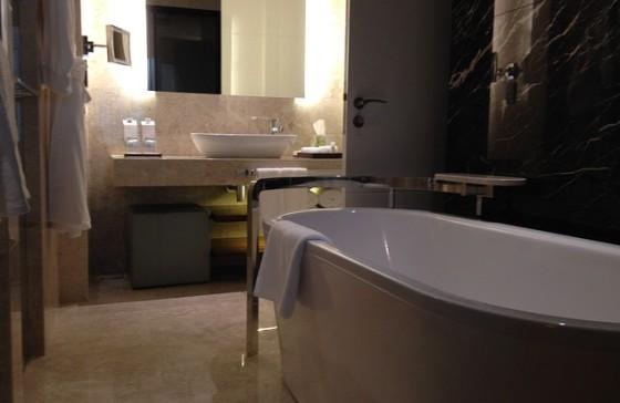 Kúpeľňa vaňa od steny