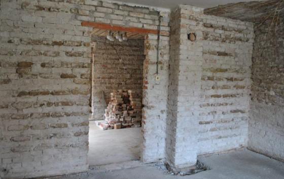 Vyholené steny až na tehlu