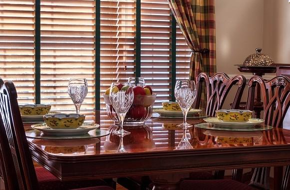 Žalúzie, jedáleň a stôl