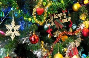 Umelý vianočný stromček a výzdoba