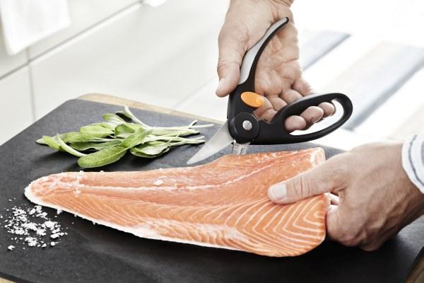 Nožnice na ryby Fiskars sú vybavené zúbkami pre jednoduché škrabanie šupín a ergonomickými držadlami, ktoré zaručia maximálnu istotu úchopu. Sú vhodné na pitvanie i porciovanie.