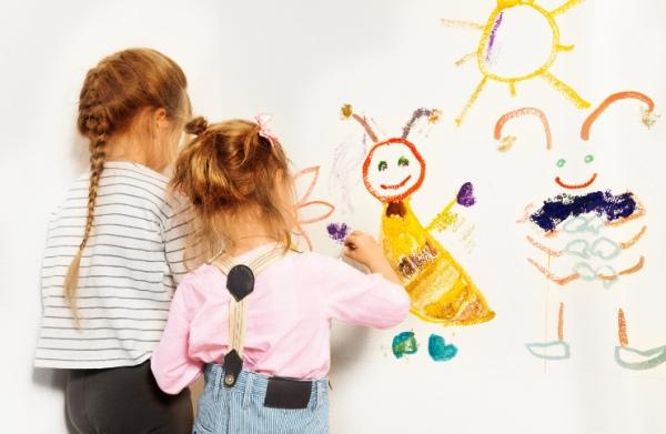 Deti a maľovanie na stenu