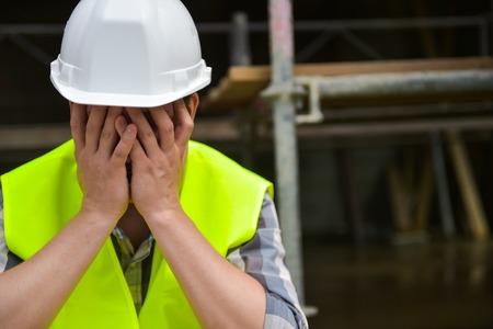 Unavený robotník či montér, ľudia