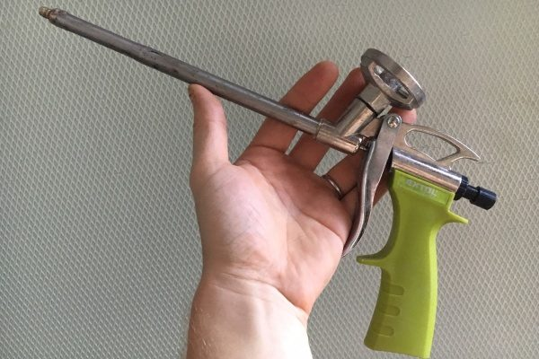 pištoľ na aplikáciu polyuretánovej peny