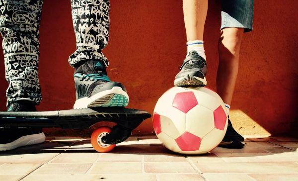 Topánky a obuv, deti športujúce vonku