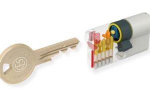 Kľúč a bezpečnostná vložka do dverí