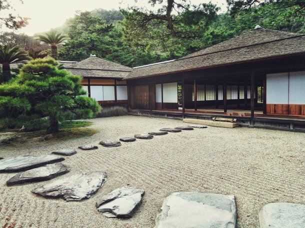Japonská zenová záhrada a prírodný kameň, šlapáky