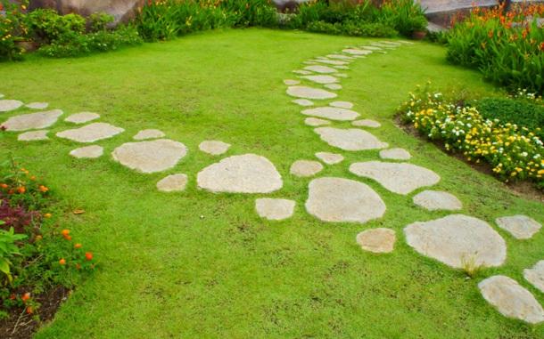 Šlapáky v záhrade, chodník v trávniku a pochôdzna plocha