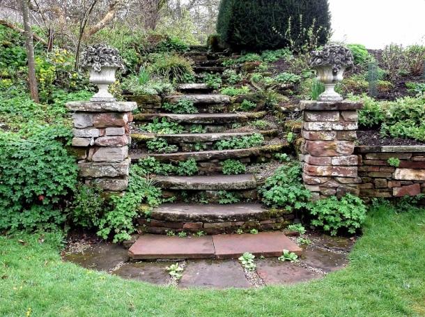 Plochý prírodný kameň a výstavba schodov v záhrade, šlapáky v nej