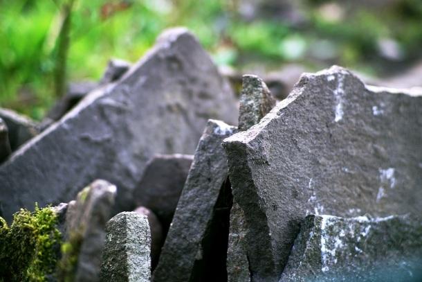 štiepaný prírodný kameň šlapák, rôzne ostré hrany