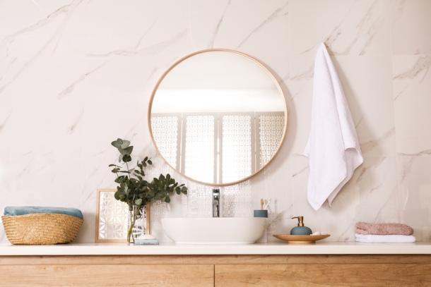 kúpeľňa a zrkadlo